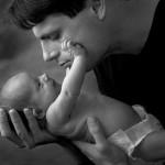 Trẻ hay gặp trục trặc nếu cha sinh con muộn