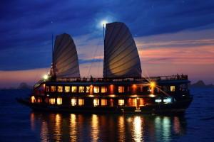 Sông nước Hạ Long huyền ảo dưới bóng đêm