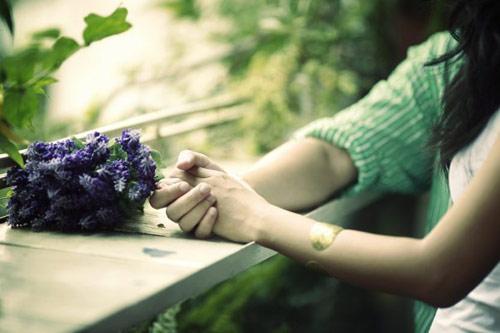 không nên vội vàng nắm tay ai đó mà nhận lời yêu họ