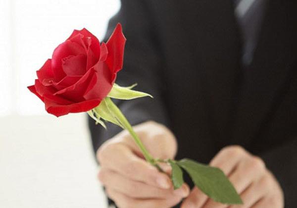 Mua hoa tặng vợ